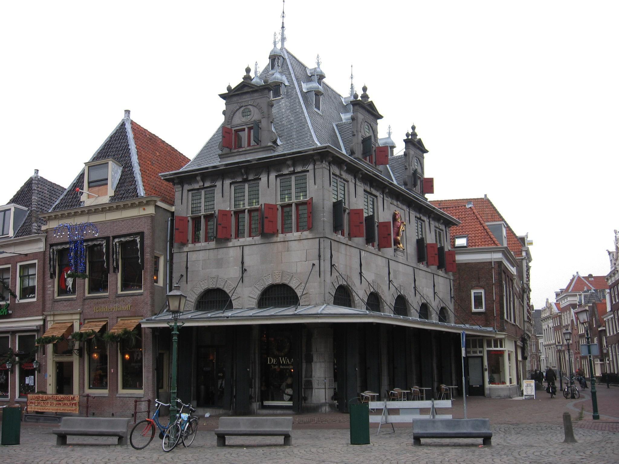 Waag te Hoorn op het Jan Pieterzoon Koen plein